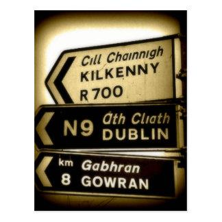 Carte Postale Signes de bord de la route de l'Irlande