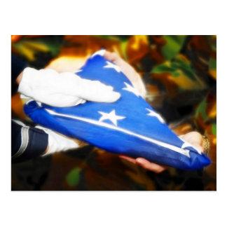 """Carte Postale Soldat de """"Merci"""" recevant le drapeau américain"""