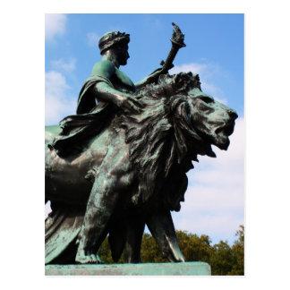 Carte Postale Statue de lion et d'homme