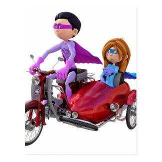 Carte Postale Super héros dans un vélomoteur avec un sidecar