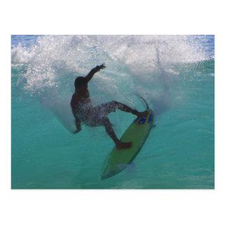 Carte Postale surfer à une grande vague