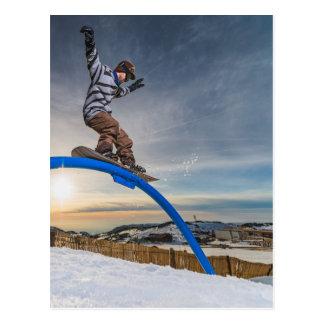 Carte Postale Surfeur glissant sur un rail
