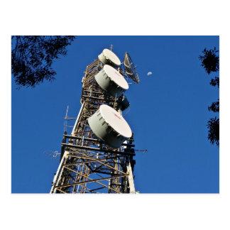 Carte Postale Tour de communications avec un beau ciel bleu