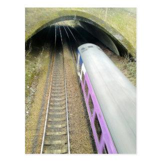 Carte Postale Train pourpre, voies de chemin de fer, tunnel,