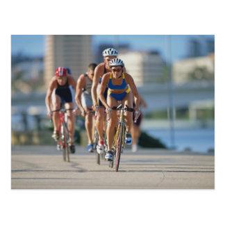 Carte Postale Triathloners faisant un cycle 2