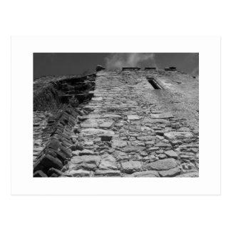 Carte Postale Vieux bâtiment. Mur en pierre et ciel