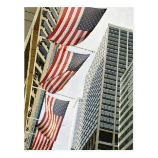 Carte Postale Vue d'angle faible aux drapeaux américains dedans