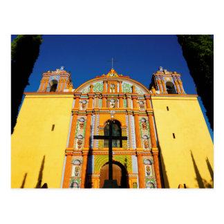 Carte Postale Vue d'angle faible d'église fleurie jaune