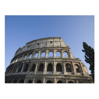 Carte Postale Vue large regardant le Colosseum romain avec