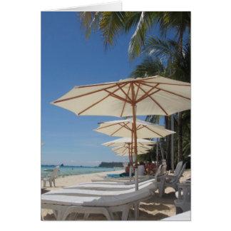 Carte salons blancs de parapluie de plage
