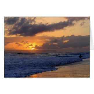 Carte Surfer au coucher du soleil sur la plage de Kauai,