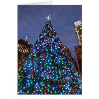 Carte Vue d'angle faible à l'arbre de Noël lumineux