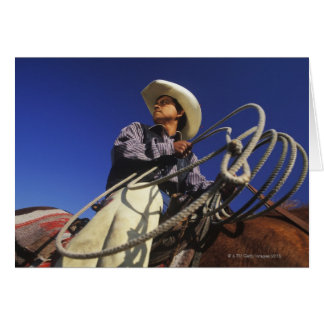Carte Vue d'angle faible d'un cowboy montant un cheval,