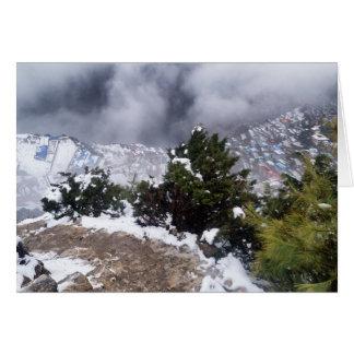Carte Vue nuageuse de ville de montagne de bazar de