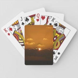 Cartes À Jouer Sun derrière le paysage marin d'orange des nuages