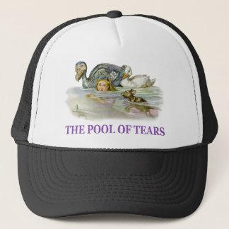 Casquette Alice nage dans la piscine des larmes