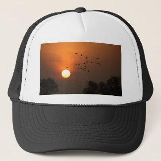 Casquette Lever de soleil avec des troupeaux des grues de