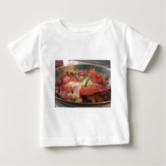 Casserole servie par plat tyrolien du sud typique t-shirt pour bébé