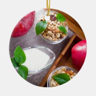 Céréale avec des noix et des raisins secs, yaourt ornement rond en céramique
