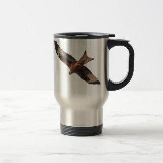 Cerf-volant rouge en ciel mug de voyage