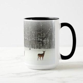 Cerfs communs dans la tasse de neige