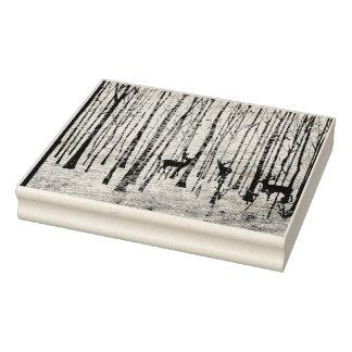 Cerfs communs dans le tampon en caoutchouc en bois