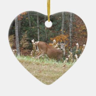 Cerfs communs d'automne dans la pointe de flèche ornement cœur en céramique