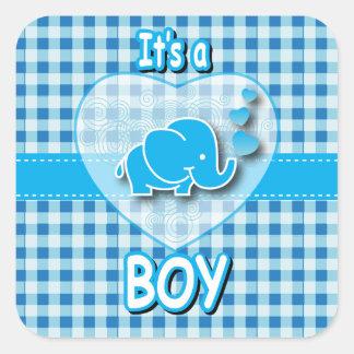 C'est un plaid de garçon, bleu et blanc avec sticker carré