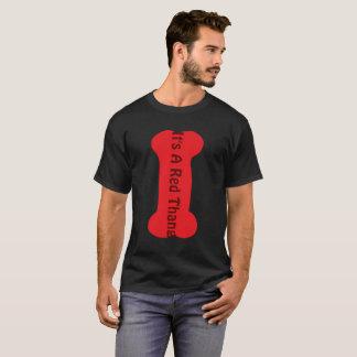 C'est un T-shirt foncé de base d'hommes rouges de