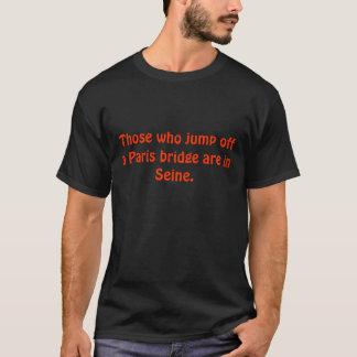 Ceux qui sautent outre d'un pont de Paris sont en T-shirt