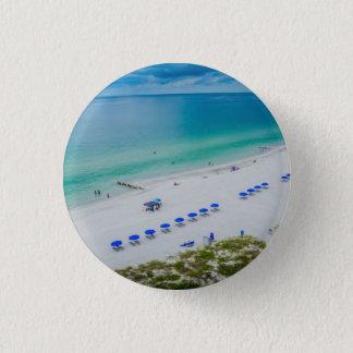 Chaises de plage avec le parapluie bleu sur la badge rond 2,50 cm