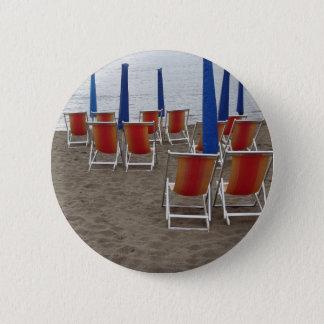 Chaises en bois colorées à la plage de sable badge rond 5 cm