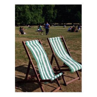 Chaises longues vertes de parc en été carte postale