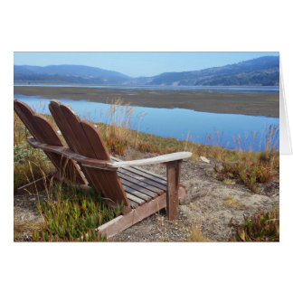 Chaises regardant à la carte vierge de lagune de