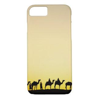 Chameaux et conducteur de chameau silhouetté au coque iPhone 7