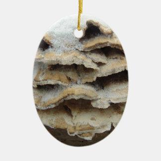 Champignons en hiver ornement ovale en céramique
