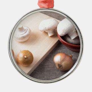 Champignons et oignons crus de champignon de paris ornement rond argenté