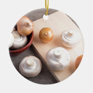 Champignons et oignons crus de champignon de paris ornement rond en céramique