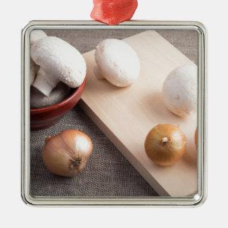 Champignons et oignons de champignon de paris sur ornement carré argenté