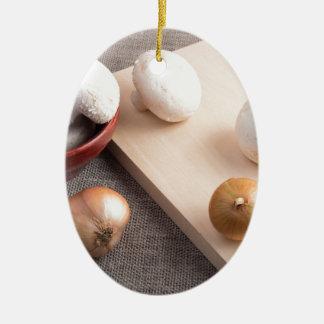 Champignons et oignons de champignon de paris sur ornement ovale en céramique