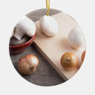 Champignons et oignons de champignon de paris sur ornement rond en céramique