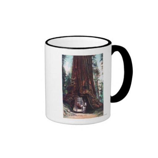 Chariot voyageant sous un séquoia géant tasse à café