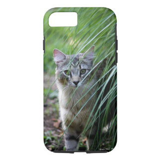 Chat dans le coque iphone ornemental d'herbe