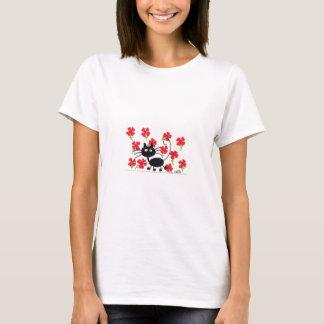 Chat noir de bande dessinée et fleurs rouges t-shirt