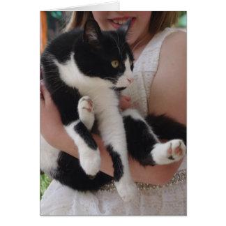 Chat noir et blanc avec la carte d'enfant