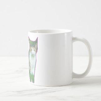 Chat noir et blanc dans l'herbe mug blanc