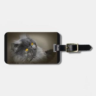 Chat noir pelucheux avec les yeux oranges étiquette à bagage