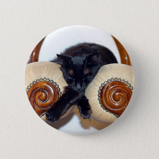 Chat noir Relaxed dormant entre deux chaises Badge Rond 5 Cm