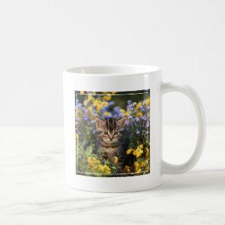 Chat se reposant dans le jardin d'agrément mug