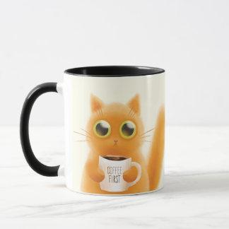 Chat tigré drôle tenant la tasse. Tasse dans une